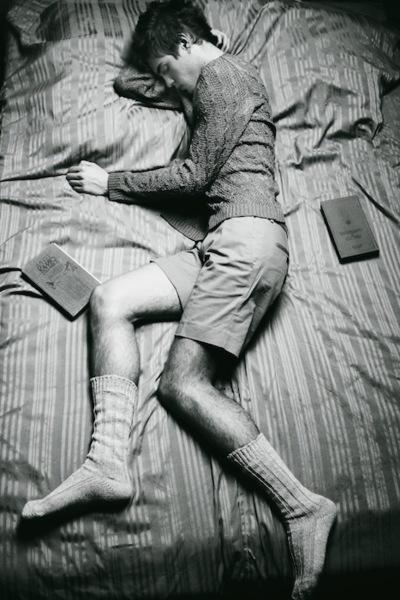 bed-black-and-white-books-boy-cute-Favim.com-266080
